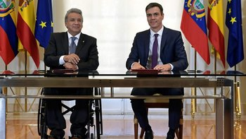 El presidente Moreno (izq.) confirmó los reportajes durante una visita a España, donde se reunión con el jefe de gobierno Pedro Sánchez.