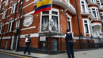 La policía británica vigila permanentemente la embajada de Ecuador en Londres.