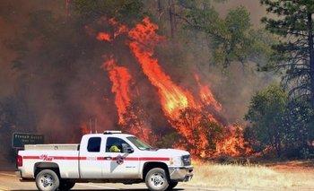 El viento forma remolinos de fuego que arrasan árboles y automóviles a su paso.