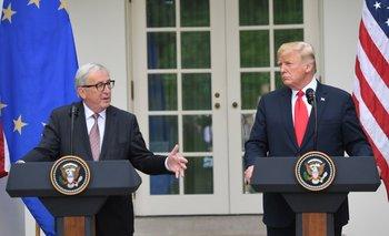 Jean-Claude Juncker, presidente de la Comisión Europea, junto al primer mandatario, Donald Trump.<br>