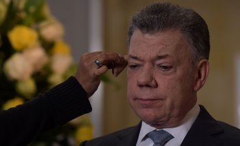 Colombian President Juan Manuel Santos gets ready for an interview with AFP at Narino Presidential Palace in Bogota, on July 30, 2018. Outgoing president Jose Manuel Santos is to hand power to Ivan Duque on August 7. / AFP / Raul ARBOLEDA