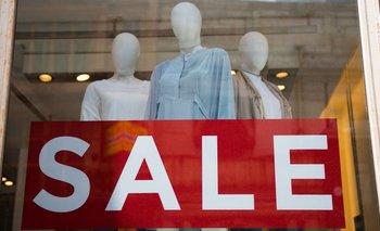 Según Camilo Herrera Mora, fundador de Raddar, las empresas de moda suelen no poner precios a la ropa que exhiben en las vitrinas para hacer que las personas no piensen en el precio y se prueben grandes cantidades de ropa en los probadores.