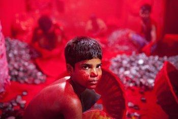 Este niño trabaja bajo condiciones riesgosas en una fábrica de pigmento rojo hecho a base de cinabrio, en Bangladesh. Ahí, ese color es símbolo de buena fortuna.