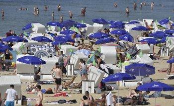 La gente se congrega en una playa en la zona de Wannsee en Berlín
