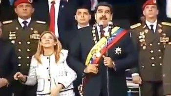 Como se pudo apreciar a través de la transmisión televisiva, un estallido interrumpió el discurso de Maduro, quien junto a su esposa y mandos militares miraron hacia el cielo. El presidente intentó seguir su discurso por unos instantes más, pero su equipo de seguridad lo evacuó del lugar.