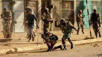 Seis personas murieron cuando las fuerzas de seguridad abrieron fuego en las calles de Harare, el miércoles.