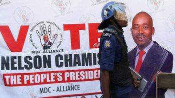 La policía antimotines inicialmente intentó evitar que Nelson Chamisa hablara con la prensa el vienes.