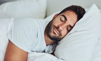 Dormir de lado es mejor que dormir boca arriba o abajo... pero ¿qué lado es mejor?