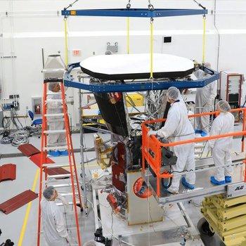 Los ingenieros del Laboratorio de Física Aplicada de la Universidad John Hopkins colocan el escudo protector sobre la sonda.