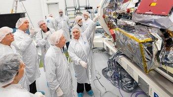 Eugene Parker, de 91 años, profesor emérito de la Universidad de Chicago, visitó a los ingenieros del Laboratorio de Física Aplicada de la Universidad John Hopkins para ver la sonda que lleva su nombre.