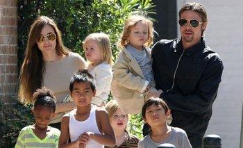 Angelina Jolie y Brad Pitt junto a sus hijos<br>