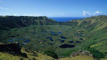 El cráter del volcán Ranu Kau tiene un diámetro de 1,5km y es uno de los tres grandes conos que forman parte de la superficie de la isla. Tiene una altura de 324m sobre el nivel del mar.