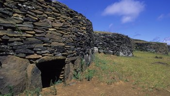Se cree que los ingleses derribaron parte de una de estas viviendas para extraer al moai.