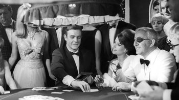 Sean Connery (el primer Bond) se prepara para una escena en el casino en Thunderball, la cuarta película de 007