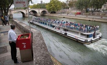 Uno de los que más polémica ha causado es el urinario ubicado cerca de la catedral de Notre Dame, a la vista de los turistas que pasean el río Sena en bote.