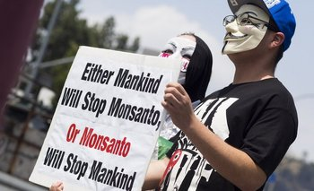 nullO la Humanidad detiene a Monsanto, o Monsanto detendrá a la Humanidadnull, se lee en una protesta contra Monsanto en Estados Unidos.