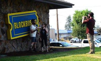 Blockbuster fue fundada en 1985 en Dallas, Texas, y valía miles de millones de dólares hasta su cierre en 2013. Algunas franquicias, de capital privado, sobrevivieron.