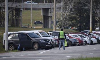 Los alrededores del Campeón del Siglo son ocupados por cientos de vehículos que luchan por estacionar cerca del recinto