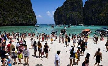 Maya Bay en Tailandia se volvió famosa por una película y tuvo que ser cerrada al público temporalmente por daños y perjuicios.