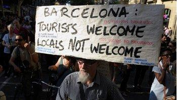 Residentes de Barcelona se manifestaron en contra del exceso de turistas.