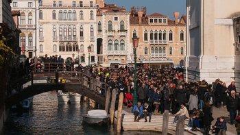 Las grandes multitudes son cosa común en Venecia.