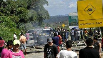 Los manifestantes trataron de bloquear el cruce fronterizo entre los dos países.