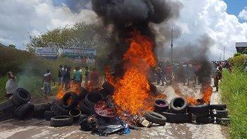 Los manifestantes trataron de impedir el pazo fronterizo.