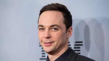 Jim Parsons interpreta al excéntrico Sheldon Cooper