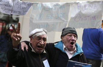 Grupo de personas con carteles muestra apoyo a la expresidenta.