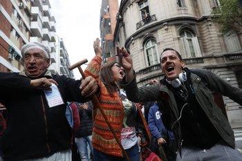 Manifestantes en la puerta de la casa de Cristina Fernández.