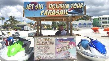 Varios negocios en la playa se han visto afectados por la disminución de turistas.