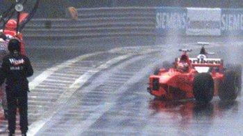 El Ferrari de Schumacher se quedó sin la rueda delantera derecha.