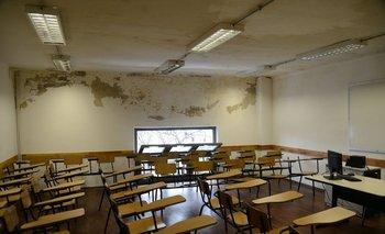 Salones con paredes descascaradas de la humedad