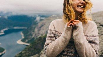 El informe indica que las mujeres jóvenes tienen los niveles más altos de infelicidad en algunas áreas.