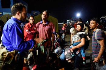 Muchos migrantes venezolanos se quedaron sin entrar a Perú por llegar cuatro horas tarde.
