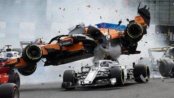 El auto de Fernando Alonso (naranja) pasó por encima del de Charles Leclerc en un serio accidente en el Gran Premio de Bélgica.