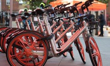 Las bicicletas que no necesitan ser bloqueadas en un muelle o estación están llenando las calles de muchas grandes ciudades del mundo.