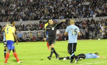 El juez Carlos Amarilla arbitrando Uruguay vs. Ecuador en el Estadio Centenario en las Eliminatorias Brasil 2014<br>