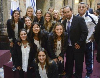 Las Cimarronas, la selección de hockey, con el entrenador Gonzalo Ferrer