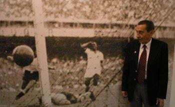 Alcides Ghiggia mira de reojo la foto histórica en la que Barbosa está en el suelo de Maracaná, vencido por su gol, mientras Bigode se toma la cabeza