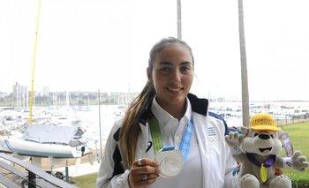 Lola Moreira con su medalla de plata al llegar a Montevideo