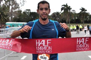 Nicolás Cuestas al ganar la Half Maraton Montevideo 2015