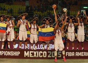 El plantel de Venezuela celebra el título en México
