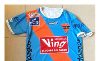 La camiseta de Sud América ante Peñarol en honor a Ghiggia