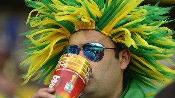 Un hincha bebe en un torneo de la FIFA