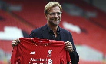 Klopp con la camiseta de Liverpool, su nuevo equipo