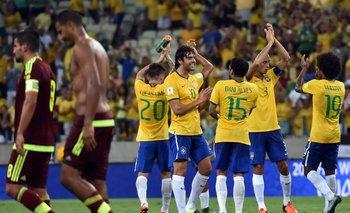 Kaká y Dani Alves encabezan el festejo de Brasil ante Venezuela