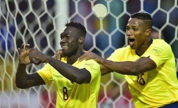 Miller Bolaños festeja su gol con Antonio Valencia; Ecuador derrotó a Bolivia por 2 a 0