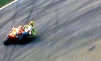 El momento del toque de Rossi a Márquez