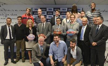 Autoridades del gobierno, Antel y la NBA, periodistas de Vera TV y jugadores de clubes locales